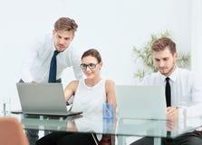 一个小组成功的商人 关于importa的讨论 免版税库存照片
