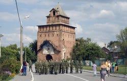 一个小组战士在克里姆林宫走在Kolomna,俄罗斯 库存照片