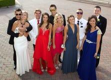 一个小组摆在为照片的正式舞会的少年 免版税库存照片