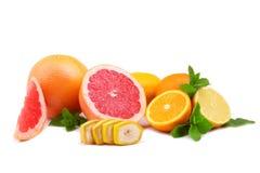 一个小组新鲜,有机,热带柠檬,葡萄柚,与绿色叶子的桔子 混杂的柑橘水果 免版税图库摄影