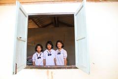 一个小组有微笑的愉快的未认出的泰国孩子在面孔 图库摄影