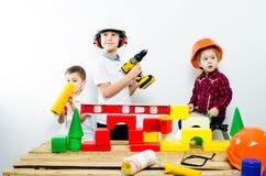 一个小组有建筑工具的孩子,白色背景孤立  免版税库存照片
