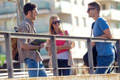 一个小组朋友谈话在街道在类以后 免版税库存照片