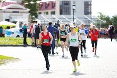 一个小组未认出的马拉松运动员 库存照片