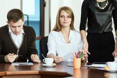 一个小组年轻经济学家在谈论问题的办公室 免版税库存照片