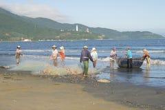 一个小组渔夫在去的钓鱼前取消网络 岘港市,越南 免版税库存图片