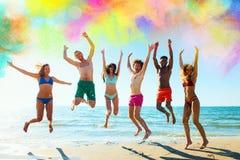 一个小组的五颜六色的夏天朋友 图库摄影