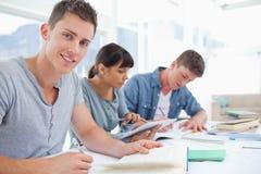 一个小组的侧视图作为一名学生的学生看凸轮 库存照片