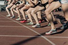 一个小组的开始女子运动员在耐性极强者距离1500米在体育场内 免版税图库摄影