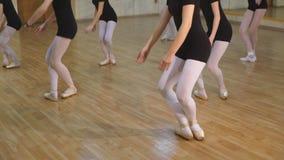一个小组的特写镜头女孩和学会芭蕾的舞蹈老师在舞蹈演播室 股票视频