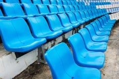 一个小组空位或椅子在体育场、剧院或者conxert内 免版税库存照片
