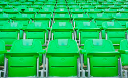 一个小组空位或椅子在体育场、剧院或者conxert内 免版税库存图片