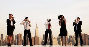 一个小组纽约沟通通过杯Communi的办公室工作者 免版税库存照片