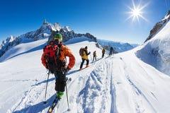一个小组滑雪者开始Vallée布兰奇,勃朗峰断层块下降  夏慕尼,法国,欧洲 免版税库存照片