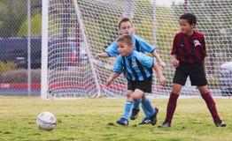 一个小组青年足球运动员竞争 免版税库存图片