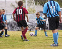 一个小组青年足球运动员竞争 免版税图库摄影