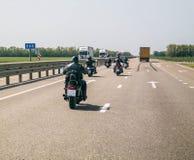 一个小组骑自行车的人沿高速公路驾驶 库存图片