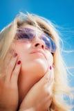 一个少妇佩带的太阳镜的纵向 免版税库存照片