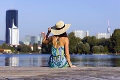 一个少妇佩带的礼服和帽子的画象 免版税库存照片