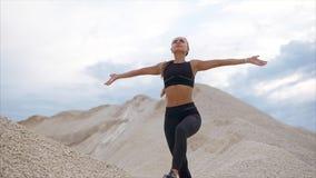 一个少妇做一放松的呼吸的锻炼为了安慰想法 股票录像