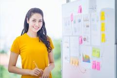 一个少妇办公室工作者的画象,人事务和企业精神概念,自由职业者与自由空间的办公室buil一起使用 免版税库存图片