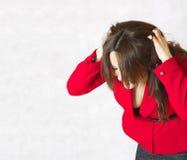 一个少妇发痒她的头 库存照片