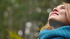 一个少妇呼吸新鲜空气,看与微笑的天空,闭上她的眼睛高兴地 股票视频