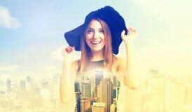 一个少妇和一条大城市地平线的两次曝光 库存照片