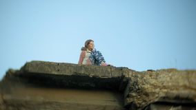 一个少妇在一座老葡萄酒铁路桥附近实践瑜伽 股票录像