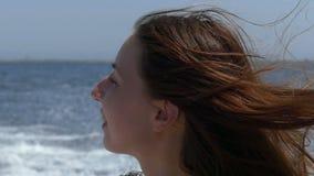 一个少妇在一艘移动的汽艇微笑在slo mo 影视素材