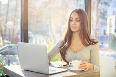 一个少妇在咖啡馆工作 Defushka喝咖啡和w 库存图片