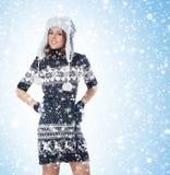 一个少妇在温暖的冬天在雪穿衣 免版税库存照片