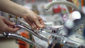 一个少妇在超级市场选择并且买明三联式浴缸水嘴 股票视频
