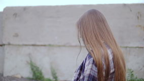 一个少妇沿篱芭走和有时调查照相机 股票视频
