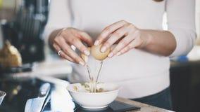 一个少妇滚保龄球鸡蛋入碗 图库摄影