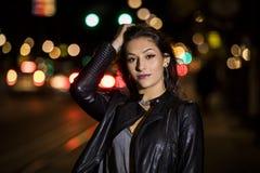 一个少妇的特写镜头画象在街道上的在晚上 免版税库存图片