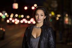 一个少妇的特写镜头画象在街道上的在晚上 免版税图库摄影