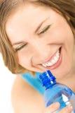 一个少妇的画象有一个瓶的水 图库摄影