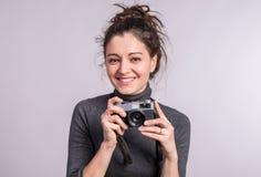 一个少妇的画象有一台照相机的在演播室 图库摄影