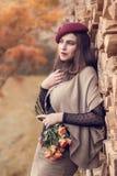 一个少妇的画象有玫瑰花束的  库存照片