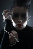 一个少妇的纵向吸血鬼礼服的 库存图片