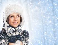 一个少妇的纵向在温暖的冬天穿衣 免版税库存图片