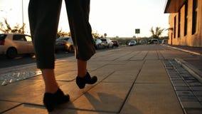 一个少妇的腿的特写镜头走在城市附近的在日落 影视素材