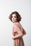 一个少妇的魅力画象一件桃红色礼服的 免版税库存照片