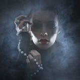 一个少妇的画象吸血鬼礼服的 库存图片