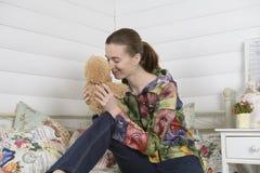 一个少妇的画象在内部儿童居室 免版税库存图片