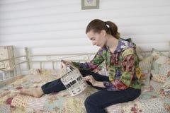 一个少妇的画象在内部儿童居室 图库摄影