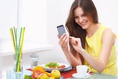 一个少妇的画象在家谈话在手机 库存照片