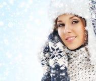 一个少妇的画象在温暖的冬天穿衣 图库摄影