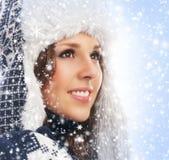 一个少妇的画象在温暖的冬天穿衣 库存照片